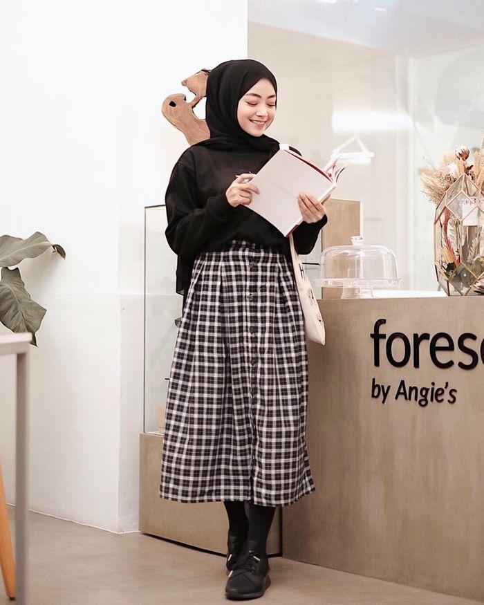 5 Tren Gaya Hijab 2019 Dengan Rok Motif Kotak Kotak Jangan Sampe