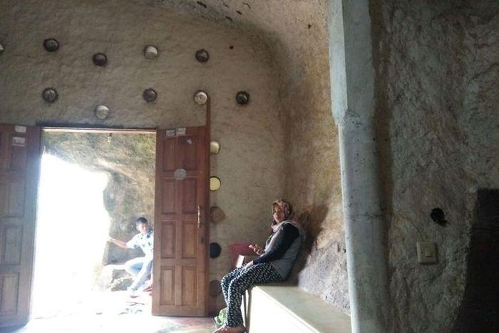 bagian dalam rumah batu
