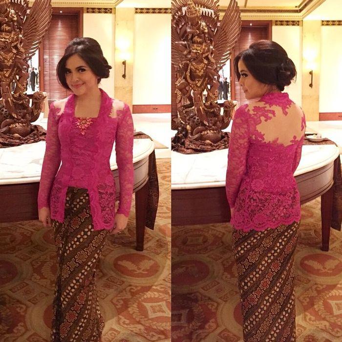 Gaya feminin Tasya Kamila dengan kebaya kutu baru nuansa fuschia