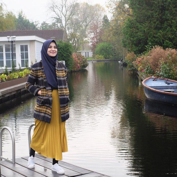 Tren Gaya Hijab 2019, Paduan Rok Lipit dan Outer ala Artis Indonesia - Rok Lipit dan Outer Kotak-Kotak ala Shireen Sungkar