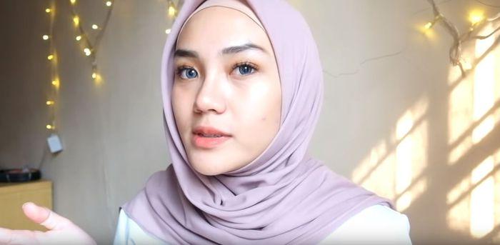 Ambil bagian ujung hijab yang sisa dan sampirkan ke bagian belakang lainnya