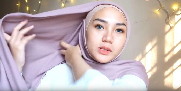 Arahkan ujung hijab yang di jarum ke bagian belakang