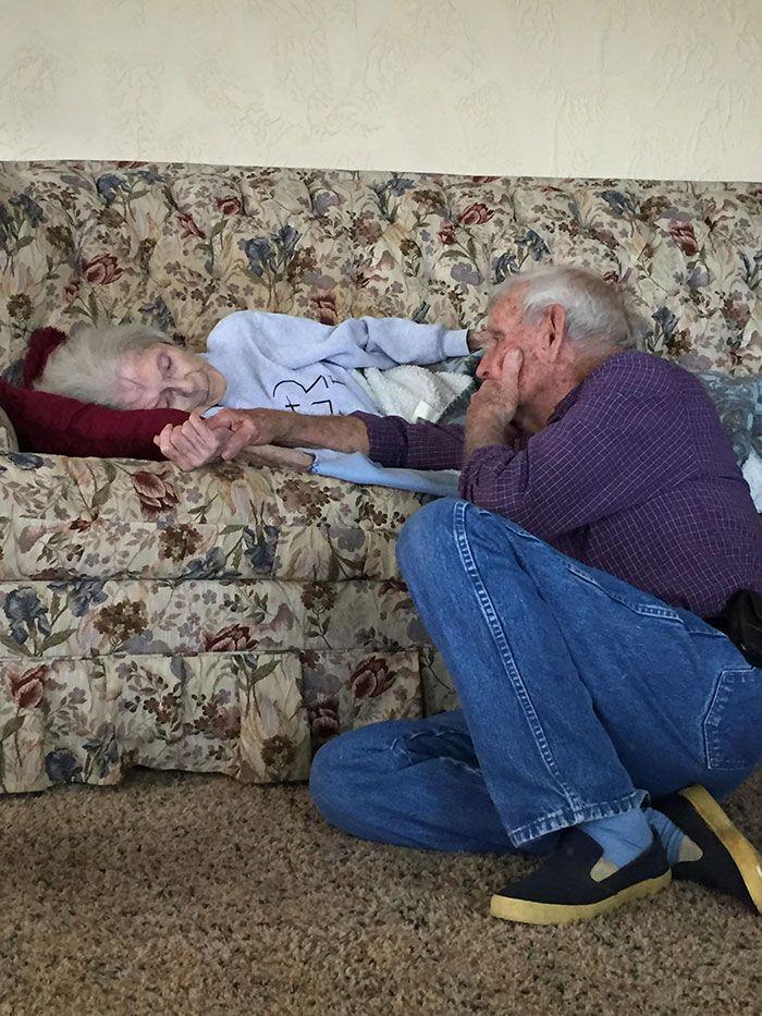 Foto kakek dan nenek setelah melewati 69 tahun pernikahan.