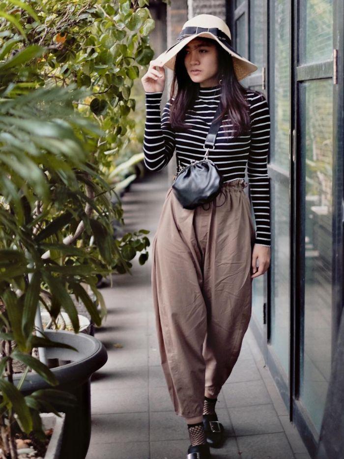 Inspirasi gaya Febby Rastanty dengan long sleeve t-shirt motif stripe dan sun hat