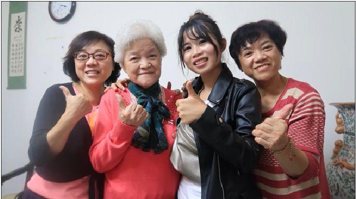 Putri Oshyn dan keluarga Nenek. TKW asal Indonesia dan mantan majikan di Taiwan.