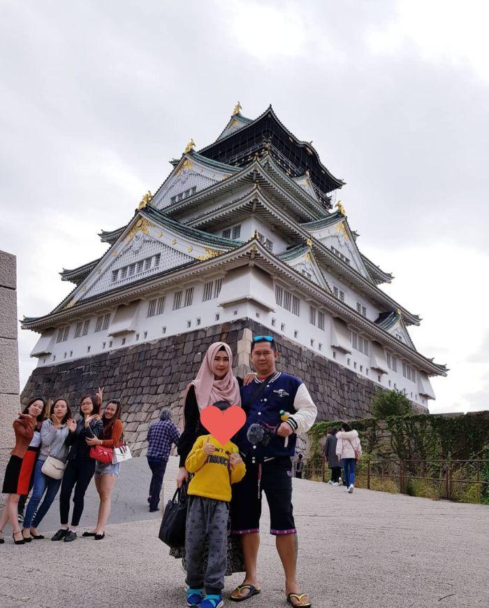 Bu Dendy dan keluarga liburan ke Jepang mengunjungi situs bersejarah.