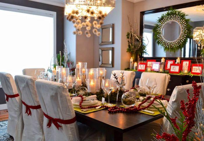 Meja makan dengan dekorasi Natal