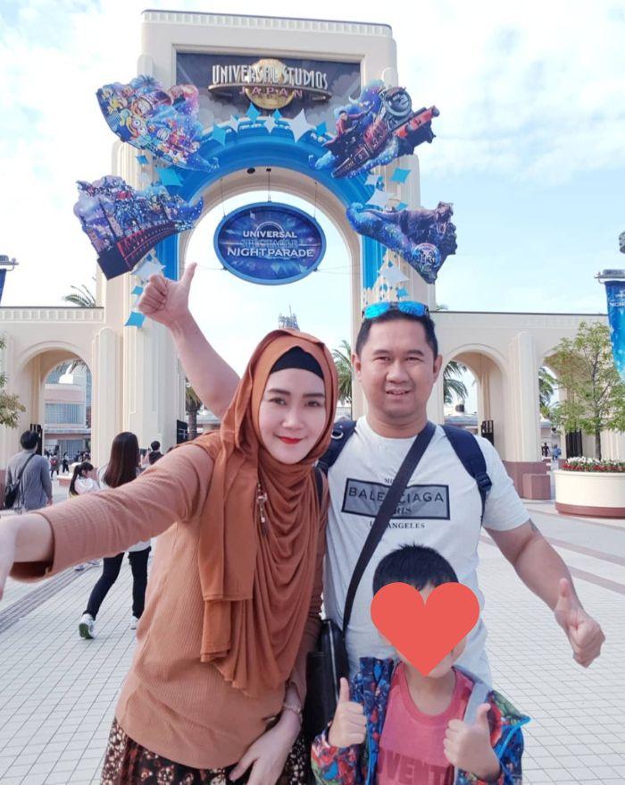 Bu Dendy liburan ke Universal Studios Japan.