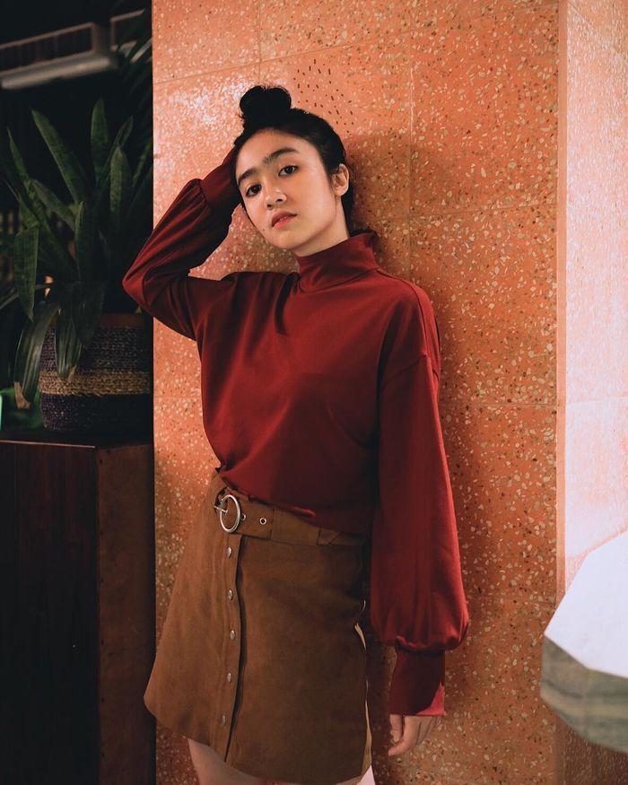 Febby Rastanty memadukan atasannya dengan button skirt berwarna cokelat