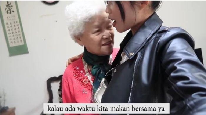 Saat akan kembali berpisah, sang nenek tampak bersedih.