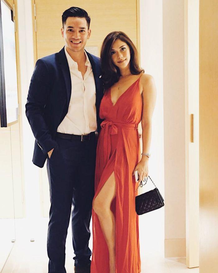 Nana Mirdad terlihat tampipl seksi dalam balutan slit dress warna merah