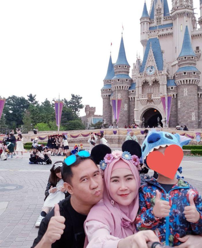 Bu Dendy juga liburan ke Disneyland Jepang nih!