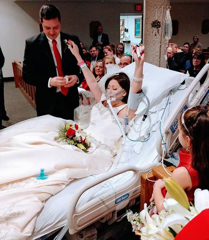 Seorang wanita yang memerangi kanker payudara menikah dengan kekasihnya.