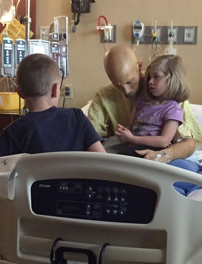 Seorang ayah dengan putra dan putrinya, meninggal pada malam berikutnya karena kanker pankreas.