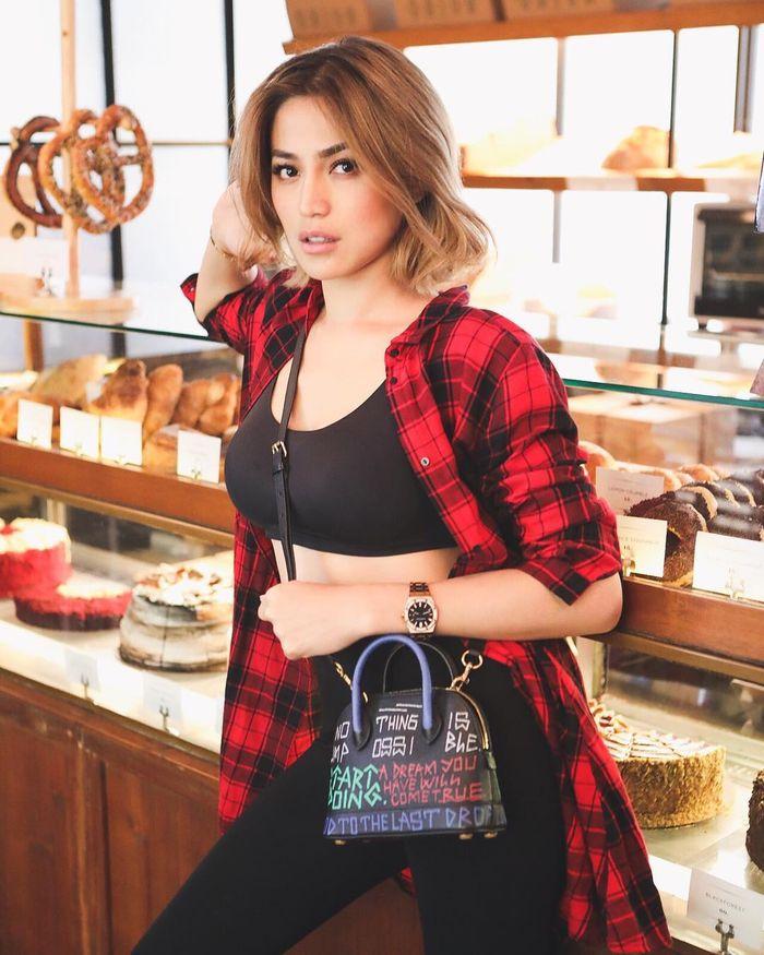 Jedar saat menggunakan fashion item tas yang sama dengan Zaskia Sungkar
