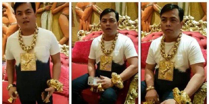 Tran Ngoc Phuc memakai perhiasan dengan total beratnya mencapai 13 kilogram.