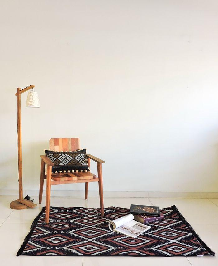 Motif kalimantan yang diaplikasikan pada <a href='http://bangka.tribunnews.com/tag/kain' title='kain'>kain</a> tenun blanket cocok digunakan untuk karpet.