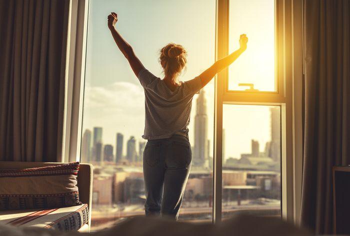 Peregangan badan setelah bangun dari tidur.