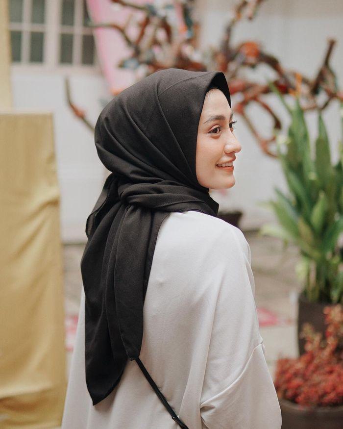Tren gaya hijab 2019 model segi empat ala Helmi Nur Sifah