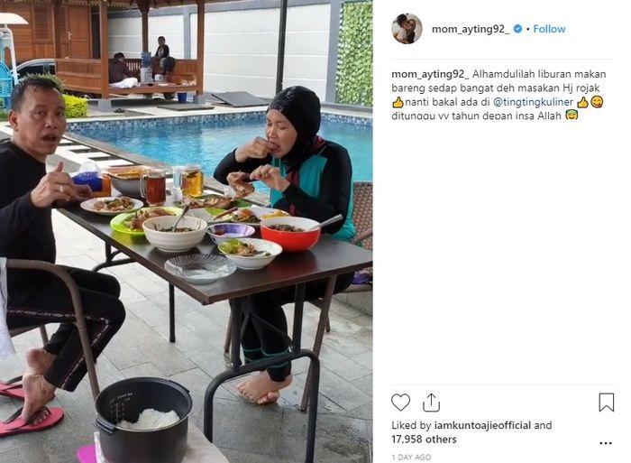 Ayah dan ibu <a href='https://pontianak.tribunnews.com/tag/ayu-ting-ting' title='AyuTingTing'>AyuTingTing</a> makan di meja makan