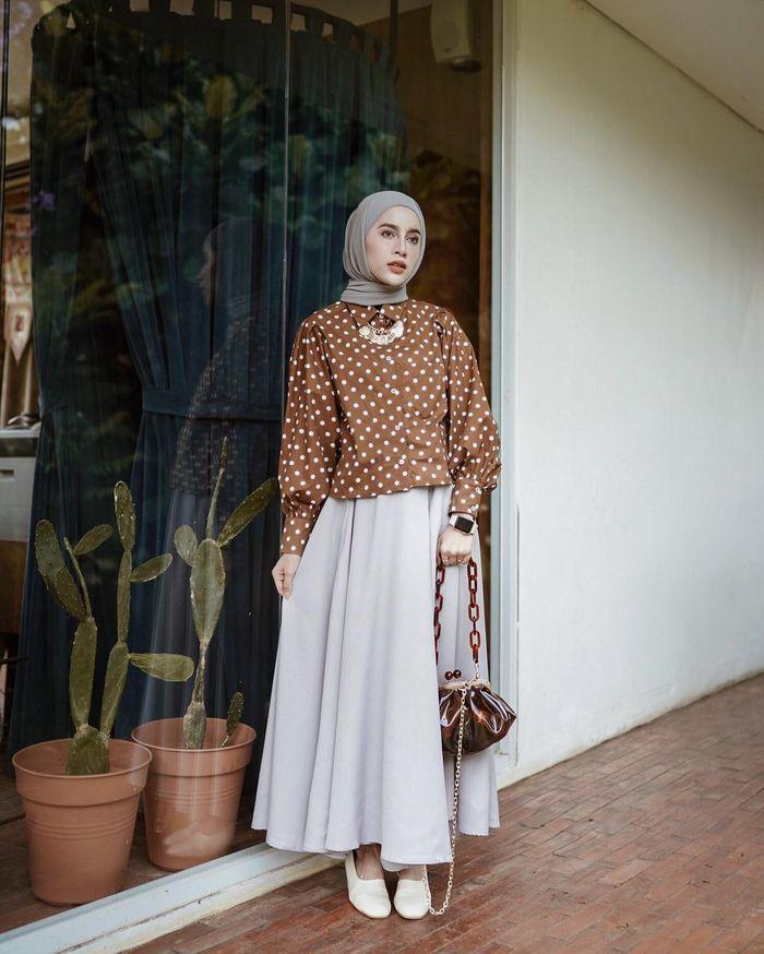 Aghnia Punjabi Bergaya Vintage dengan paduan busana motif polkadot
