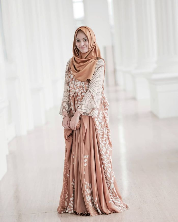 Gaya fashion hijab Alyssa Soebandonio dengan dress bermotif batik