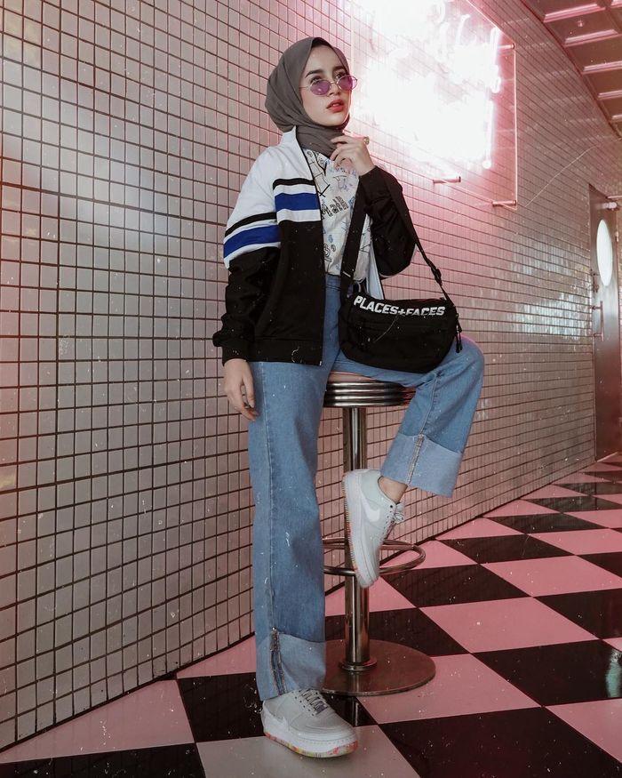 Aghnia Punjabi tampil bergaya vintage dengan paduan jaket windbreaker