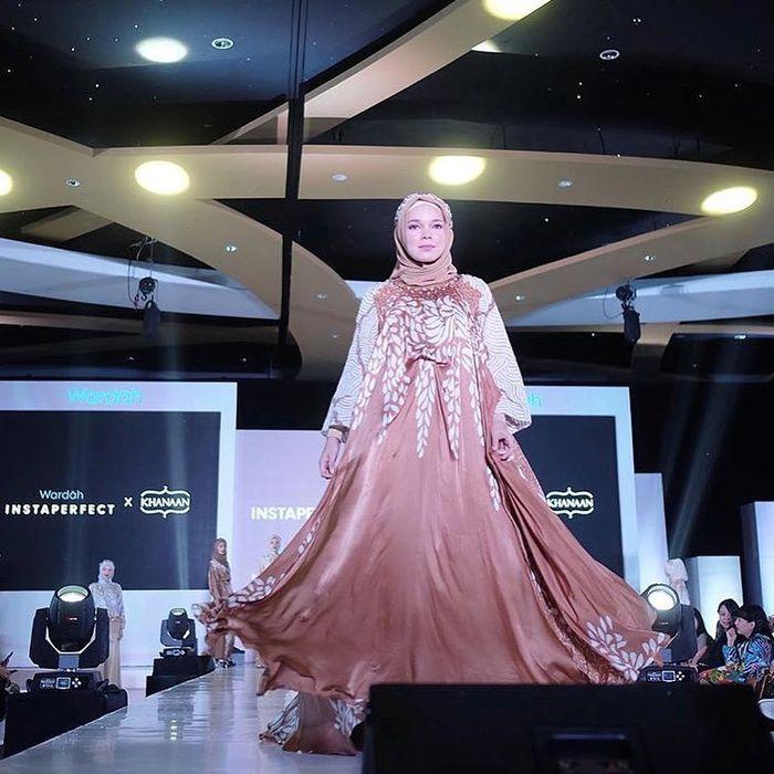 Dewi Sandra mengenakan dress yang mirip dengan Alyssa Soebandono