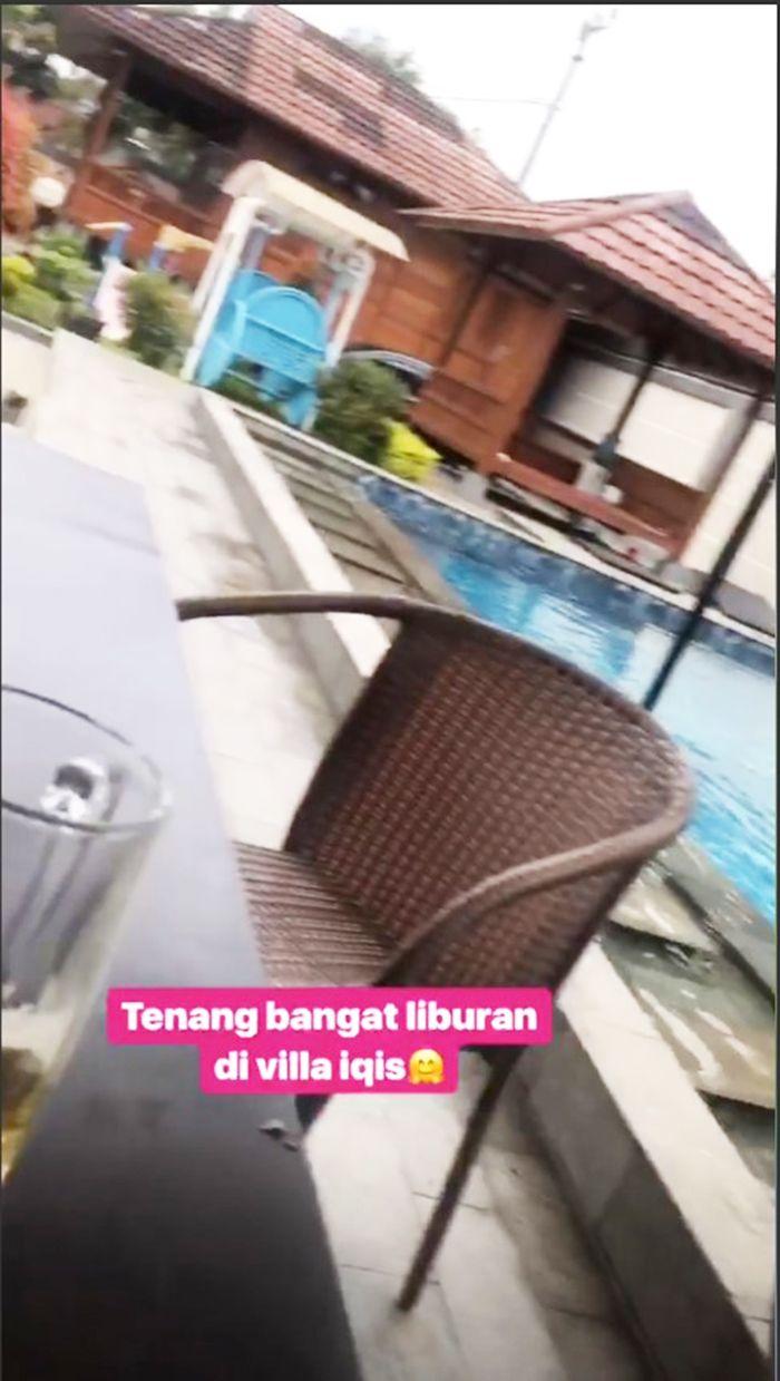 Gazebo dan kursi santai di villa Ayu TingTing