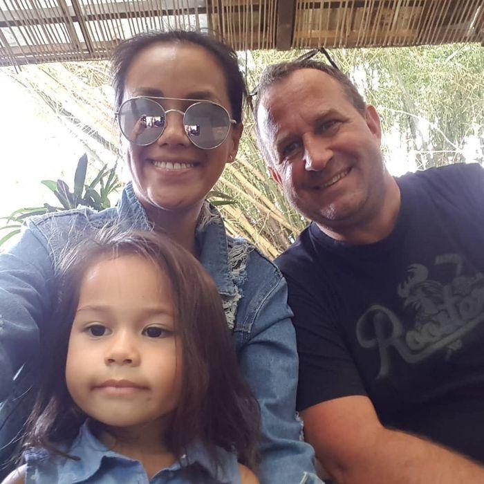 Lia Waode dengan suami dan anaknya