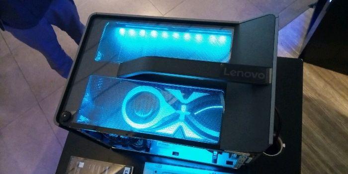 Bagian atasnya dilapisi oleh acrylic, sehingga kamu bisa melihat bagian dalamnya, plus dihiasi pula dengan lampu biru.
