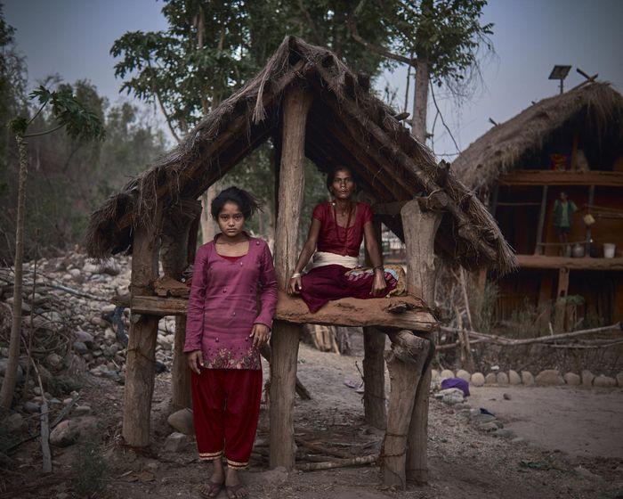 Ibu dan anak ini berbagi gubuk karena tidak boleh tidur di rumahnya saat menstruasi.