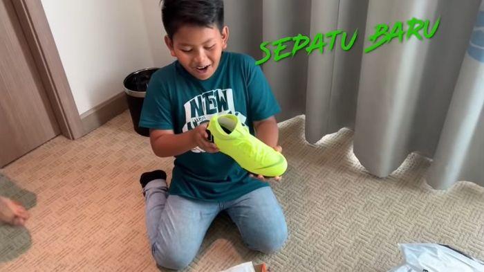 Anak Dewi Perssik dapat hadiah sepatu di hari ulang tahunnya