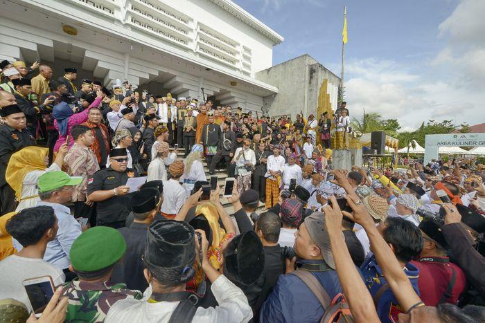 TEMUI WARGA - Sultan Aji Muhammad Arifin menemui warga Kukar usai pelaksanaan Penabalan Sultan atau