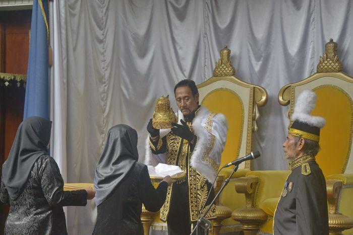 PENABALAN SULTAN - Sultan Aji Muhammad Arifin bersiap menggunakan mahkota Kesultanan Kutai Kartanega