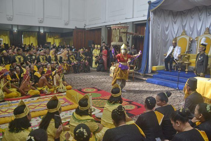 Sultan Aji Muhammad Arifin menyaksikan tarian usai pelaksanaan Penabalan Sultan