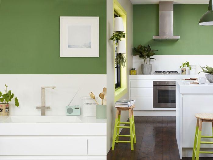 Semarakkan suasana dengan gradasi hijau lainnya yang hadir pada perlengkapan dan aksesori dapur.