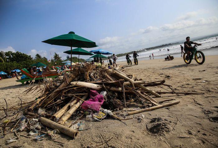 Sampah menumpuk saat musim angin barat di pesisir pantai Kuta, Bali, Jumat (14/12/2018). Akibat terjadinya musim angin barat di wilayah perairan Bali berdampak pada banyaknya sampah yang hanyut terbawa arus laut sehingga menumpuk di pinggiran pantai kawasan wisata kuta.