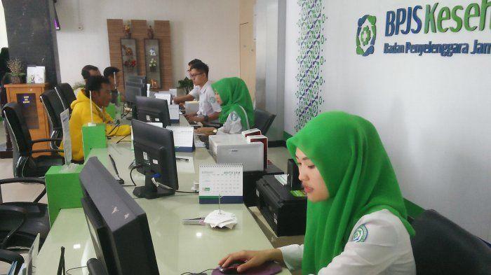 Ilustrasi - Petugas BPJS Kesehatan Cabang Bandar Lampung sedang melayani peserta JKN-KIS.