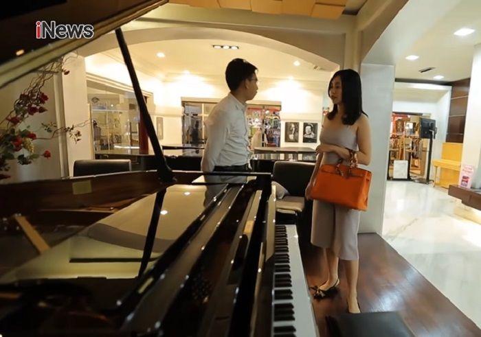 Dokter Friska Natasya membeli piano akustik untuk sang suami.