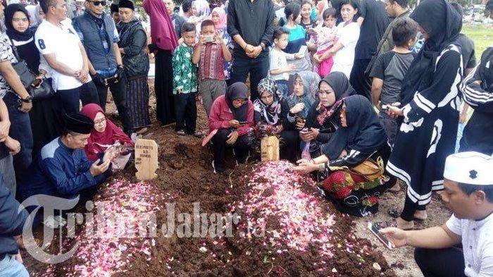Deretan Foto Pemakaman Aa Jimmy, Liang Lahatnya Bersebelahan dengan Sang Istri