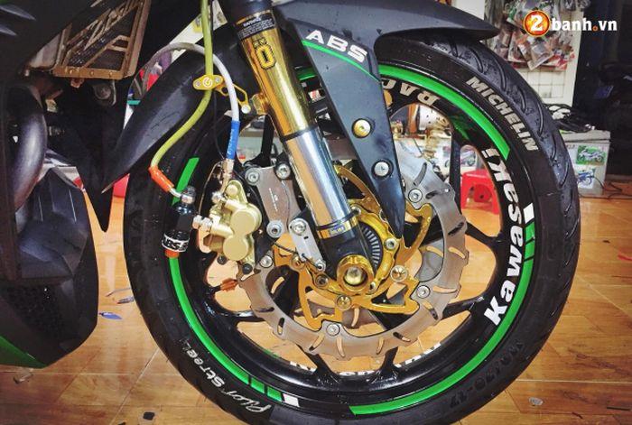 Roda depannya pakai pelek Axio dengan kombinasi double disc brake