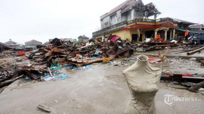 Suasana dampak tsunami selat sunda di Desa Sumber Jaya, Kecamatan Sumur, Kabupaten Pandeglang, Banten, Rabu (26/12/2018). Di perkampungan nelayan itu tampak rumah-rumah penduduk hancur dan perahu-perahu nelayan pun berserakan di segala penjuru.