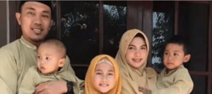 Istri pertama Ifan Seventeen Ghea Gayatri bersama suaminya sekarang dan tiga anaknya.