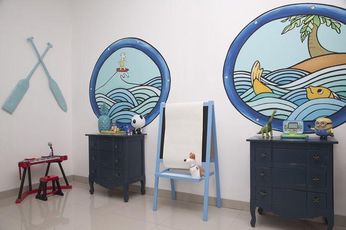 Dekorasi bertema laut menghiasi kamar anak ini.