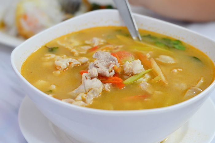 Sup ayam yang mengandung khasiat anti-inflamasi