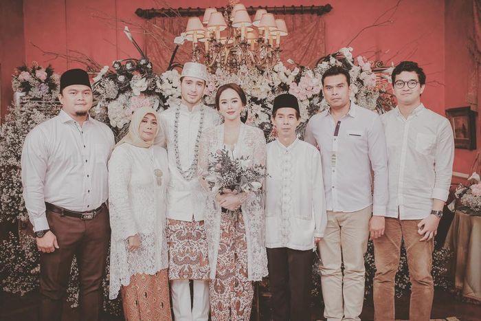 Foto Aura Kasih dengan Eryck Amaral dan keluarganya