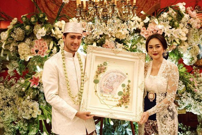 Pernikahan Aura Kasih dengan bule Brasil, Eryck Amaral, pernikahan di gedung Rumah Kertanegara, Jalan Kertanegara, Kebayoran Baru, pada Rabu 26 Desember 2018 lalu.