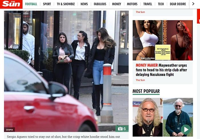 Penyerang Manchester City, Sergio Aguero saat keluar dari restoran di Cheshire bersama wanita mister