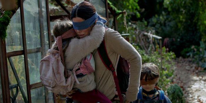 Adegan menutup mata dalam film Bird Box